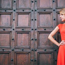 Червоне плаття на прогулянці у Флоренції.